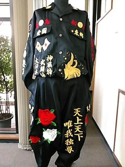 黒の特攻服の前に紅白薔薇の刺繍
