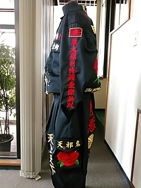 黒の特攻服の左に紅白薔薇の刺繍