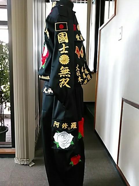 黒の特攻服の右に白薔薇の刺繍