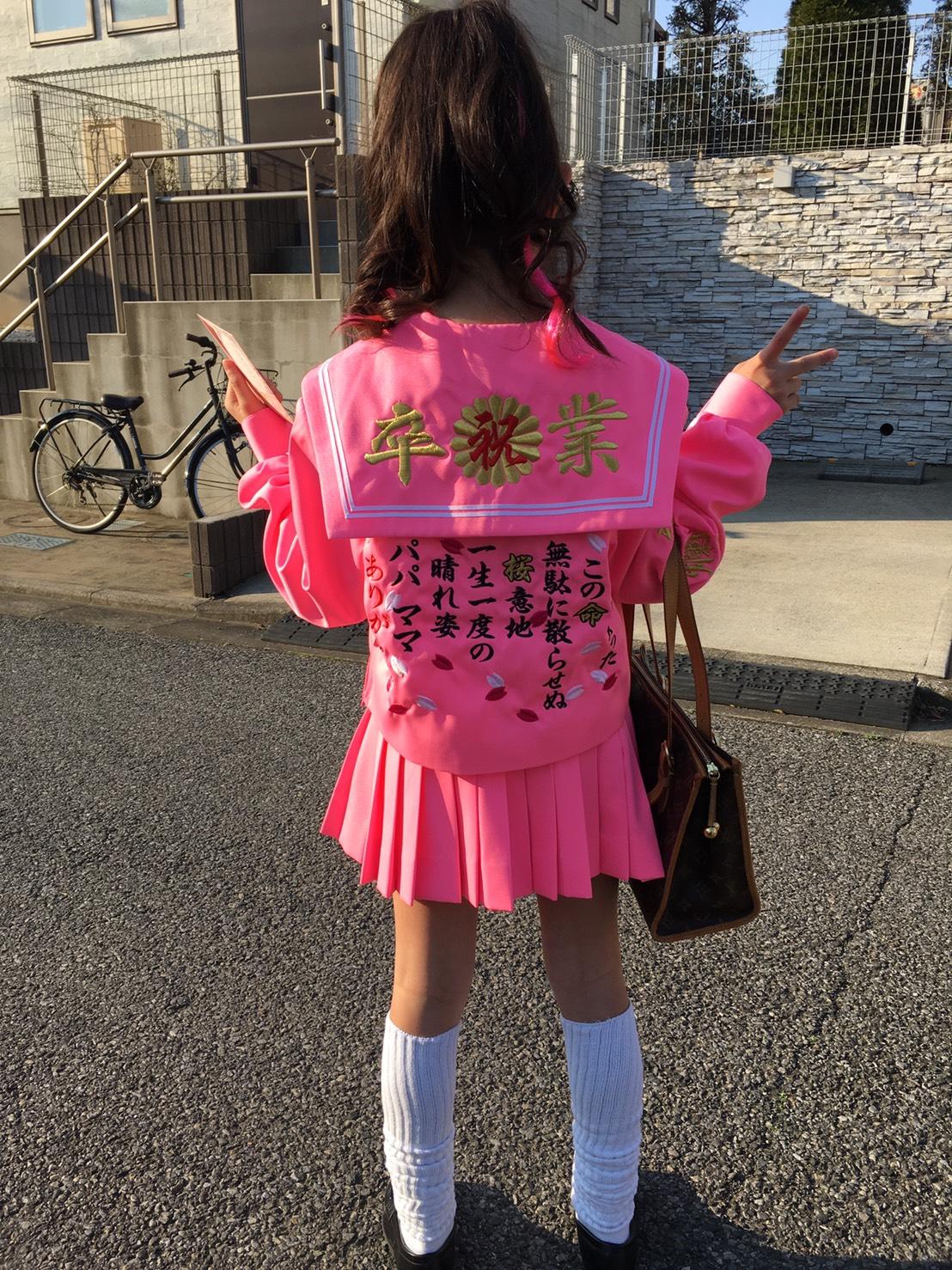 ピンクセーラーの後ろに卒業刺繍